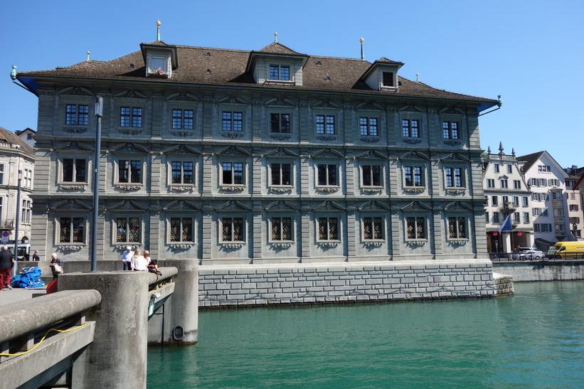 Vacker arkitektur längs floden Limmat i centrala Zürich.