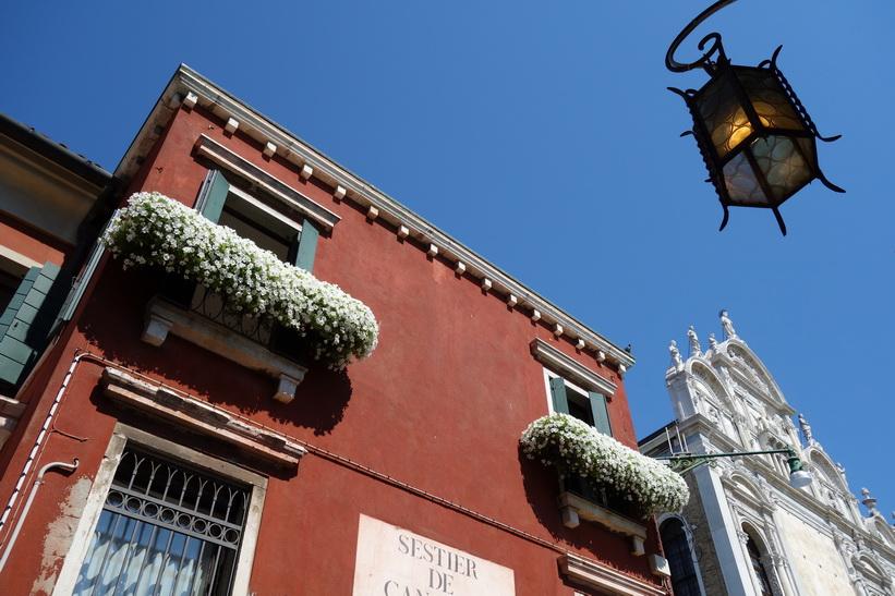 Husfasad längs gatan Calle Larga Giacinto Gallina, Venedig.