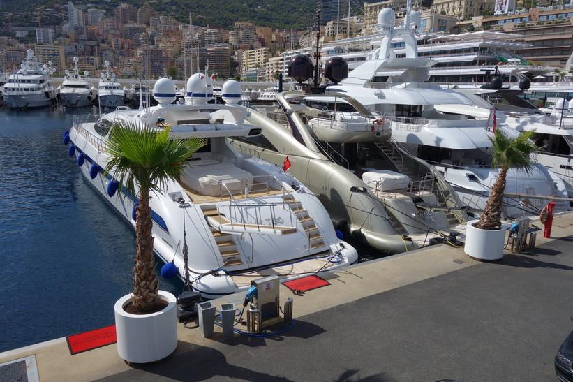 Lyxjakter i hamnen i Monaco.