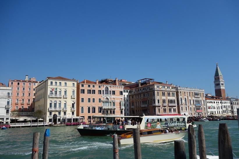Utsikt från Fondamenta Salute över Grand Canale med Markusplatsens klocktorn till höger i bild, Venedig.