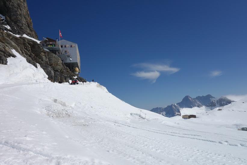 Mönchsjochhütte i sikte. Vy under promenaden från Jungfraujoch till Mönchsjochhütte.