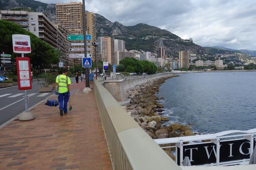 Gatuscen i Monaco med en renhållningsarbetare framför mig.