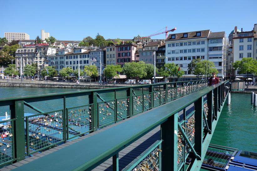 Bro med kärlekslås över floden Limmat i centrala Zürich.