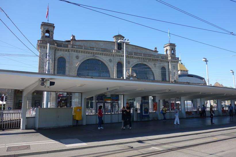 Station Bahnhofquai/HB med Hauptbahnhof i bakgrunden, Zürich.