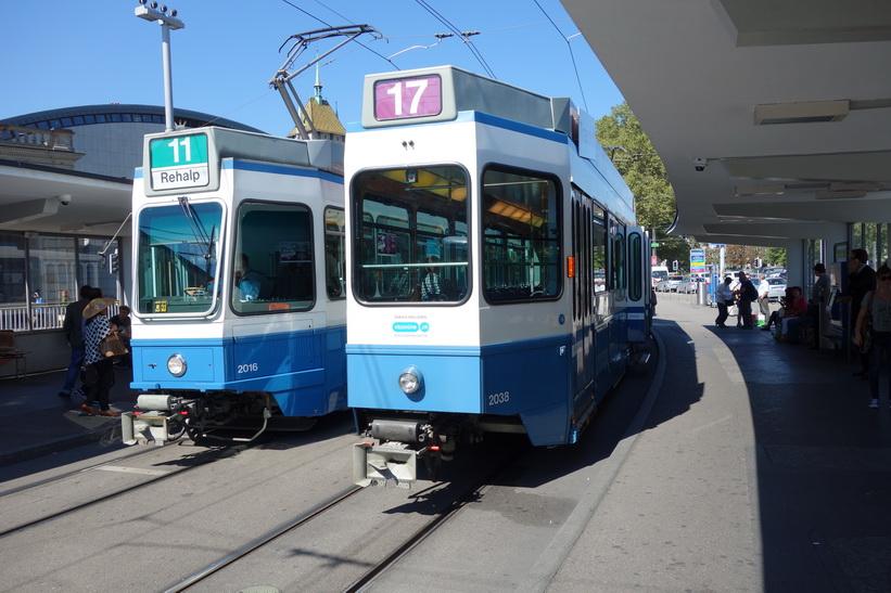 Spårvagnar på station Bahnhofquai/HB i centrala Zürich.