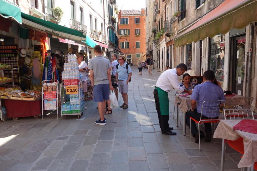 Vardagslivet på en gata i Venedig.