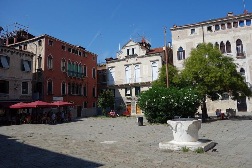 Torget vid Chiesa di San Giovanni Battista in Bragora, Venedig.