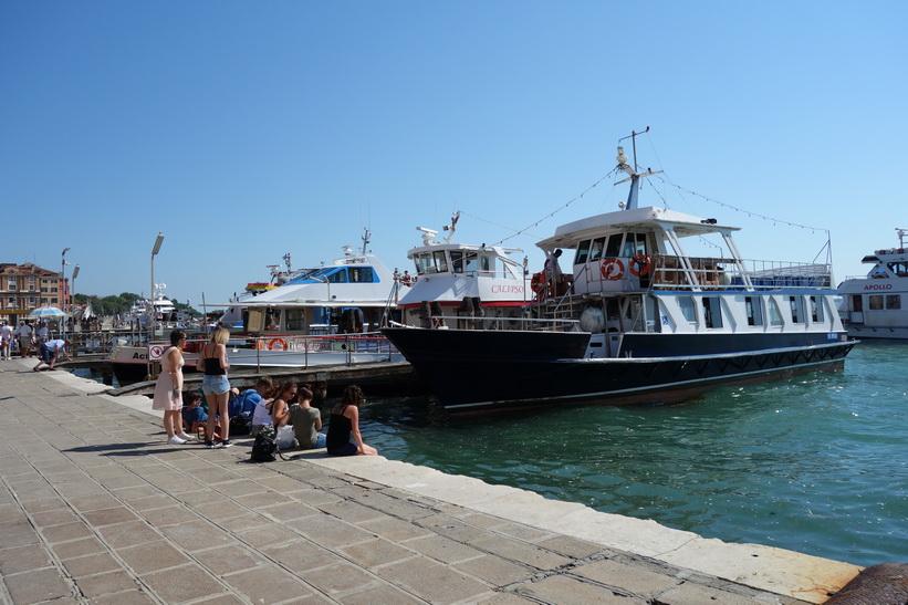 Båtar längs gatan Riva degli Schiavoni, Venedig.