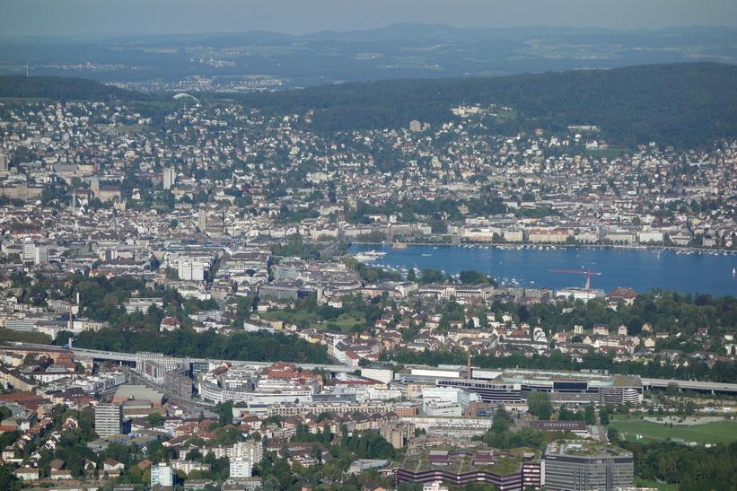 Utsikten från utsiktstornet på toppen av Uetliberg, Zürich.