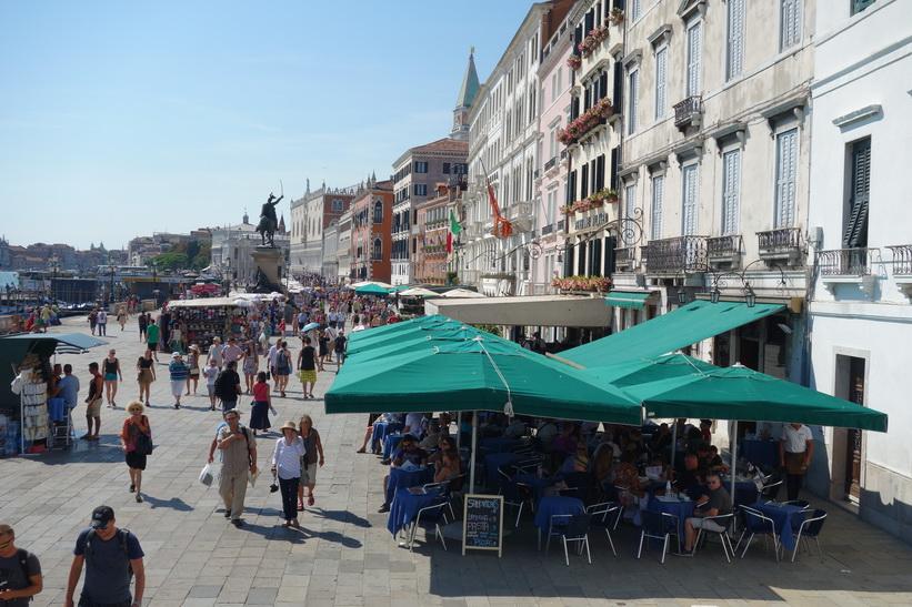 Gatuscen längs gatan Riva degli Schiavoni, Venedig.