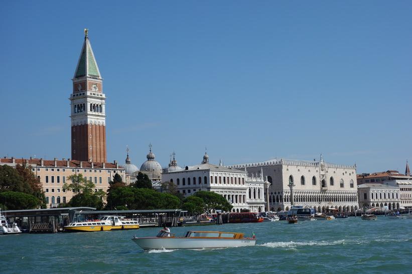 Utsikt från Fondamenta Salute över Grand Canale med Markusplatsens klocktorn till vänster i bild, Venedig.