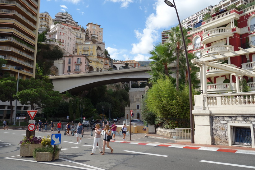 Gatuscen downtown Monaco.
