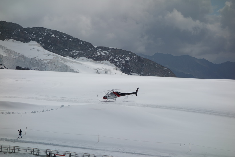 Helikopter vid Jungfraujoch.