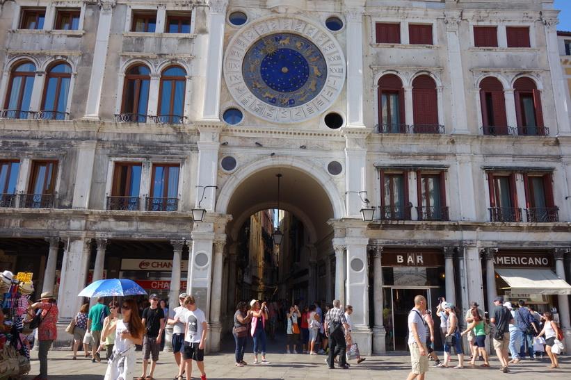 Vackra klocktornet Torre dell'Orologio, Markusplatsen, Venedig.