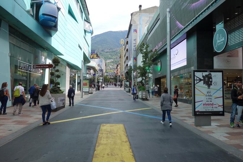 Gatuscen längs gågatan Avinguda Carlemany, Andorra la Vella.