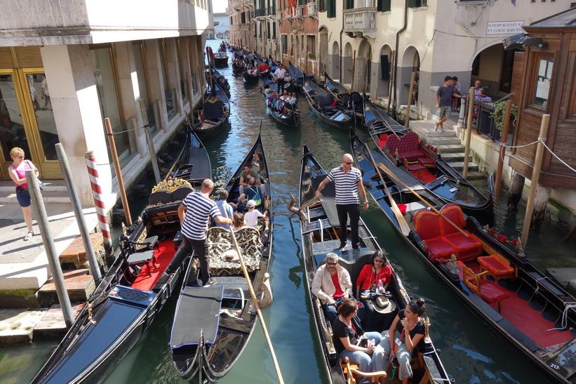 Kanal Rio de S. Moise med gondoler, Venedig.