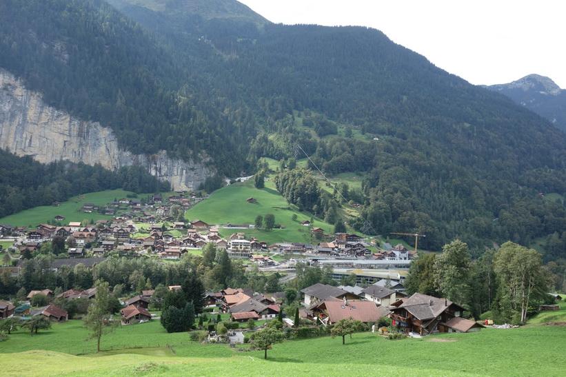Vy från tåget på sträckan Kleine Scheidegg-Lauterbrunnen.