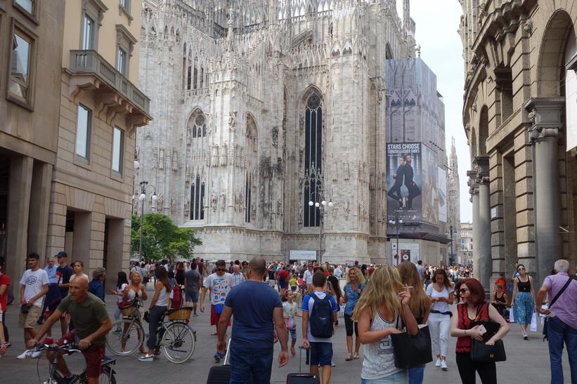 Gågatan Corso Vittorio Emanuele II och del av Doumo di Milano, Milano.