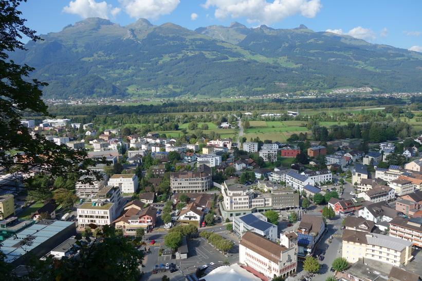 Utsikten över Vaduz och stora delar av Lichtenstein från vägen upp till Vaduz Castle.