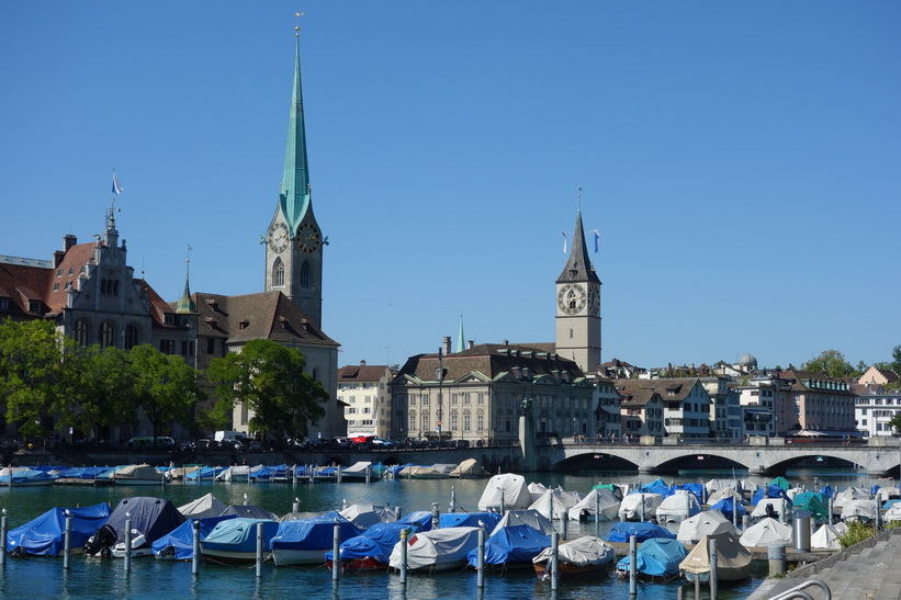 Floden Limmat med Kirche Fraumünster och St. Peterskirche i bakgrunden, Zürich.