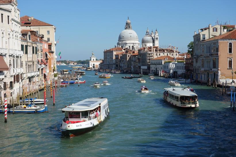 Utsikten från bron Ponte dell'Accademia över Canal Grande, Venedig.