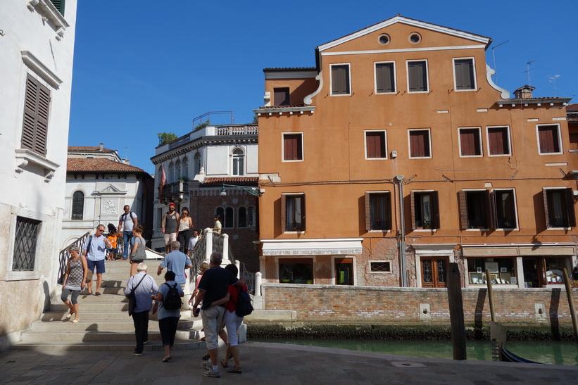 En av drygt 400 broar i Venedig.