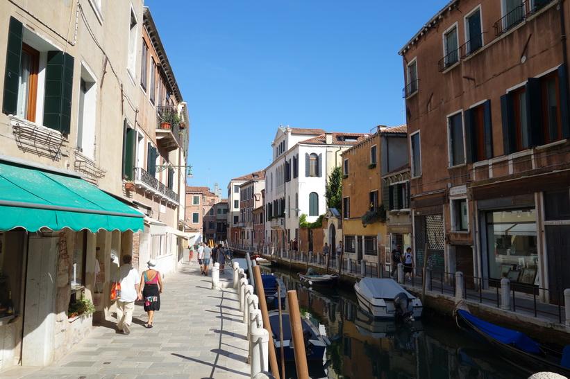 Kanal med gammal arkitektur, Venedig.