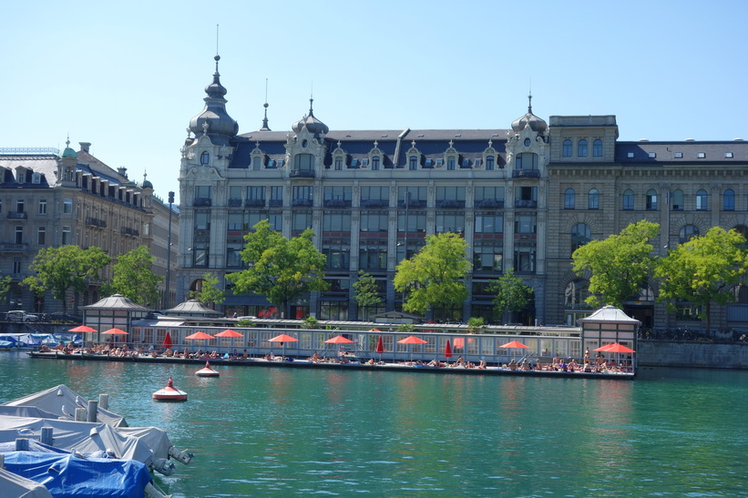 Bad och sol vid floden Limmat i centrala Zürich.