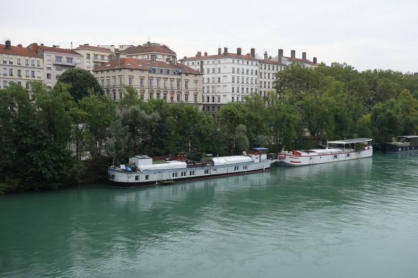 Båtar längs floden Rhône, Lyon.