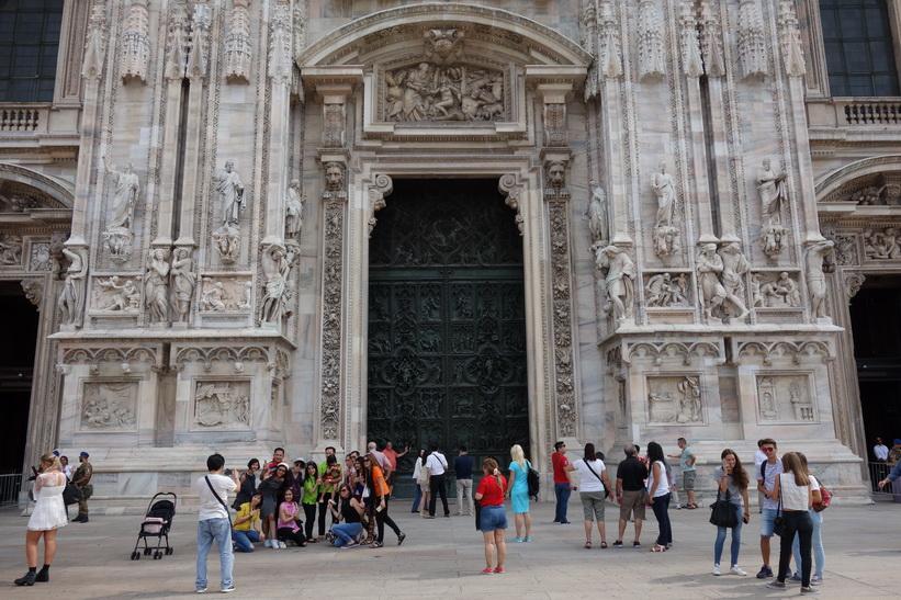 En av entréerna till mäktiga Doumo di Milano, Milano.