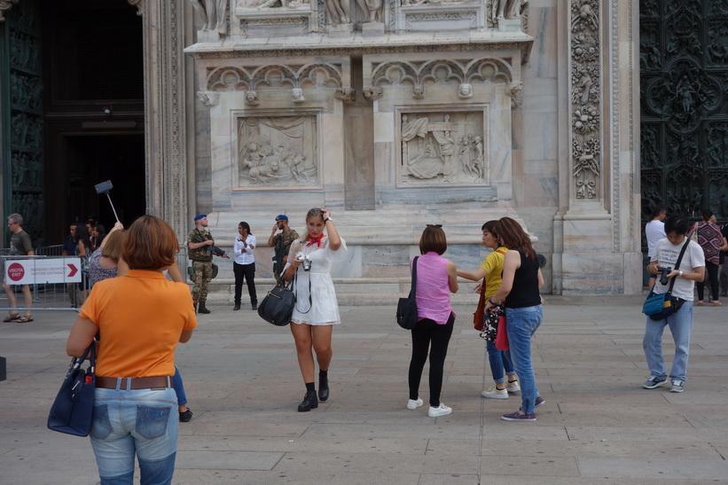 Massiv säkerhet vid en av entréerna till mäktiga Doumo di Milano, Milano.