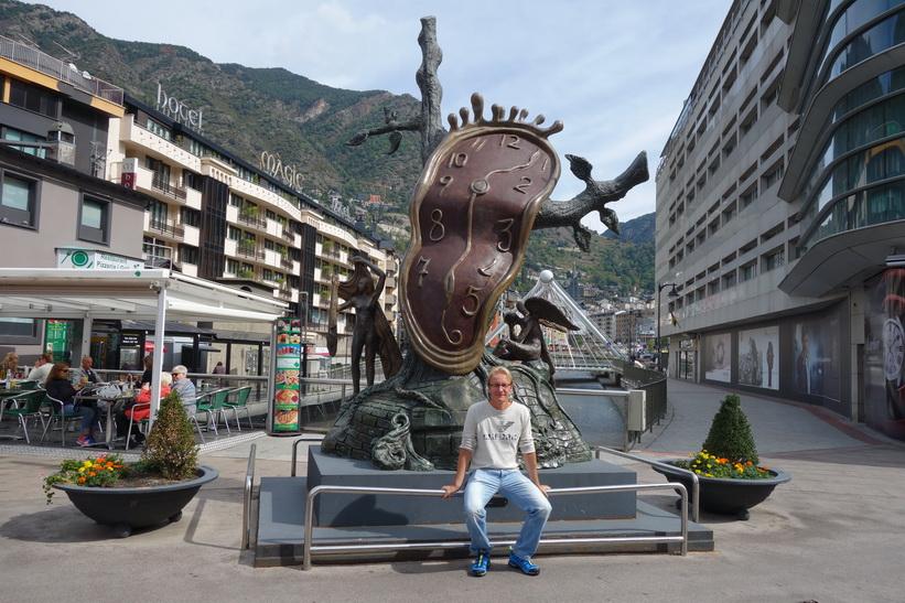 Stefan framför monumentet Noblesse du Temps Salvador Dalí, Andorra la Vella.