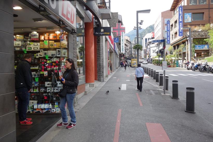 Gatuscen längs gågatan Avinguda Meritxell, Andorra la Vella.