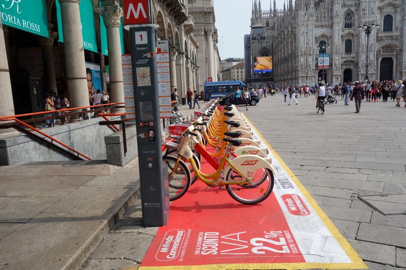 Cyklar för uthyrning på Piazza del Duomo, Milano.