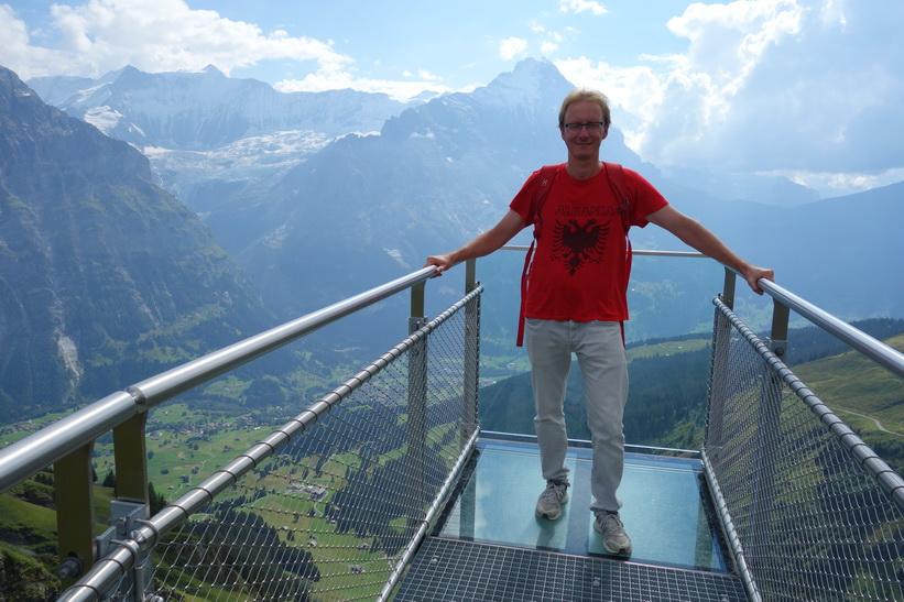 Stefan längst ut på skywalken med Eiger bakom.