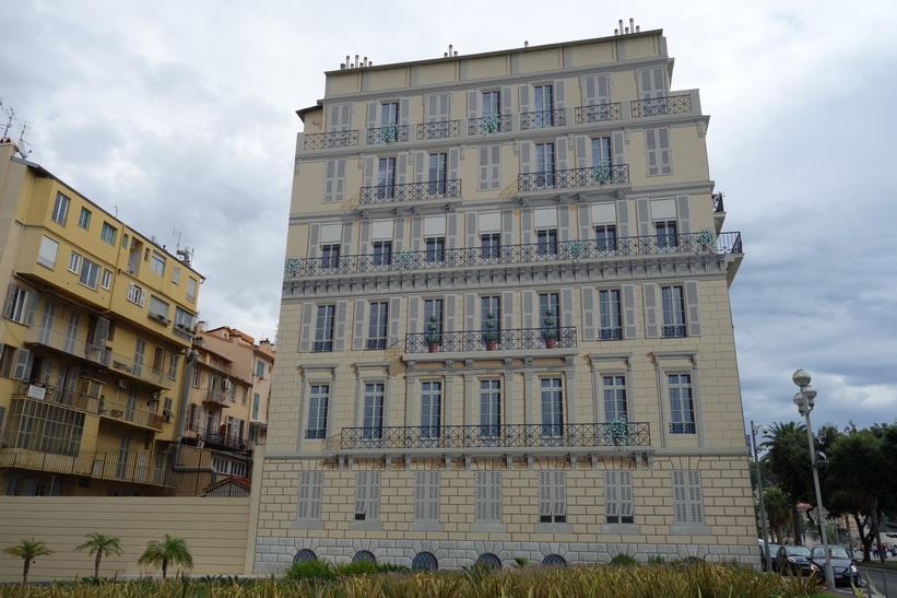 Vacker men fejkad fasad längs strandpromenaden (Promenade des Anglais), Nice.