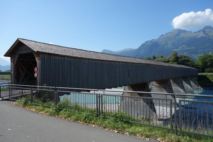 Bro över floden Rhen som utgör gräns mellan Lichtenstein och Schweiz, Vaduz.