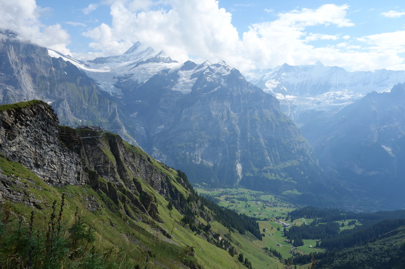 Ofattbart vacker utsikt med Grindelwald längst ner i dalen. Promenaden upp till sjön Bachsee.