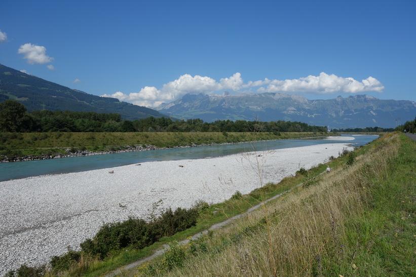 Floden Rhen som utgör gräns mellan Lichtenstein och Schweiz, Vaduz.