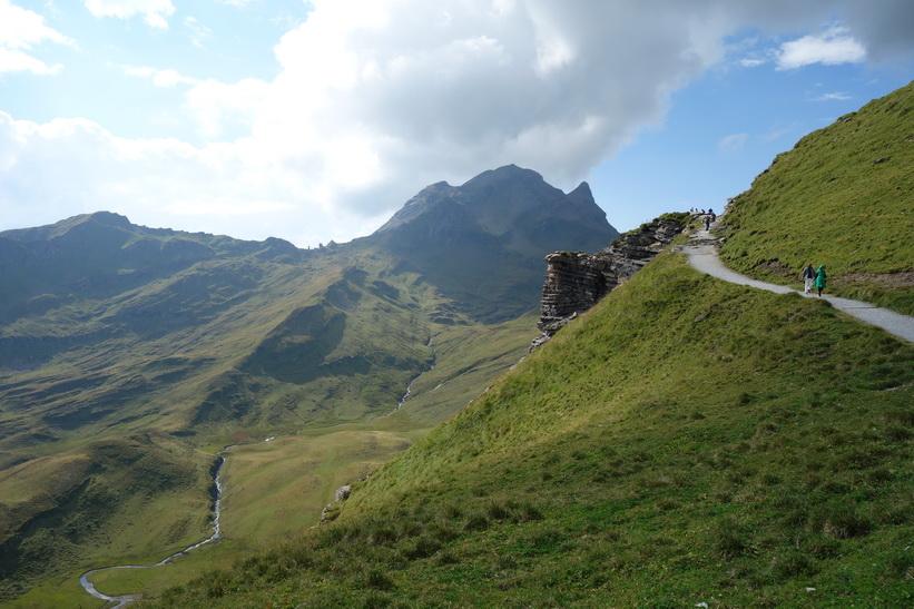 Bergstoppen Reeti. Promenaden upp till sjön Bachsee.