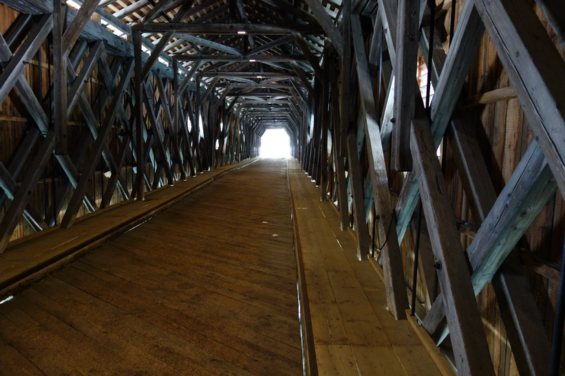 Inne i bron över floden Rhen som utgör gräns mellan Lichtenstein och Schweiz, Vaduz.