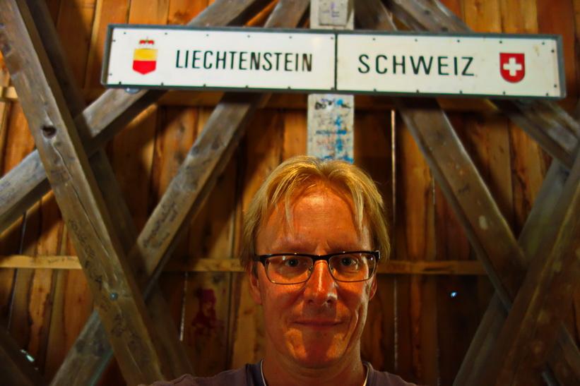 Stefan inne i bron över floden Rhen som utgör gräns mellan Lichtenstein och Schweiz, Vaduz.