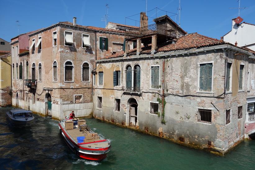 Kanal med gamla byggnader, Venedig.