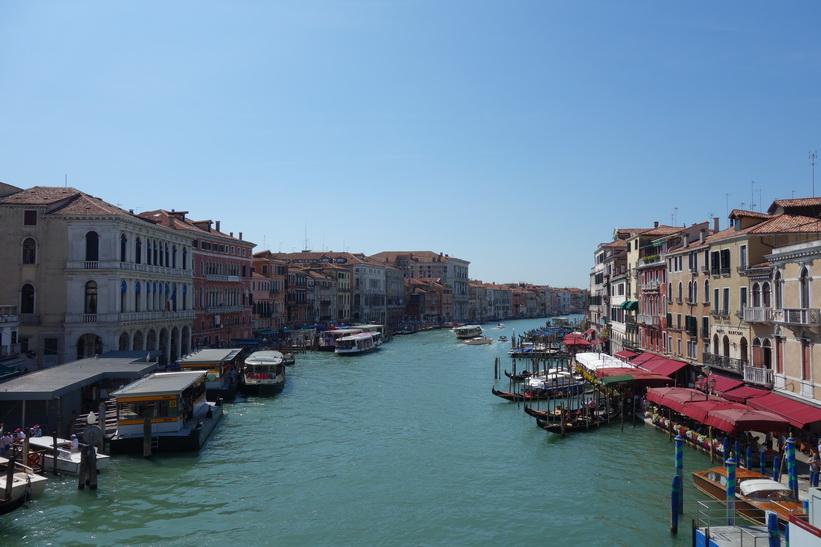 Utsikten över Canal Grande från världsberömda bron Ponte di Rialto, Venedig.