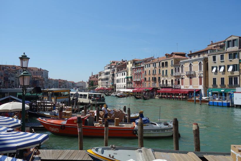 Canal Grande vid världsberömda bron Ponte di Rialto, Venedig.