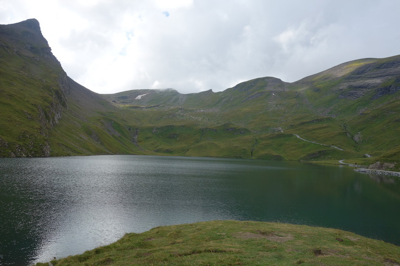 Bachsee med bergstoppen Reeti till vänster i bild.