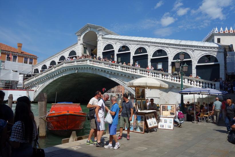 Världsberömda bron Ponte di Rialto över Canal Grande, Venedig.