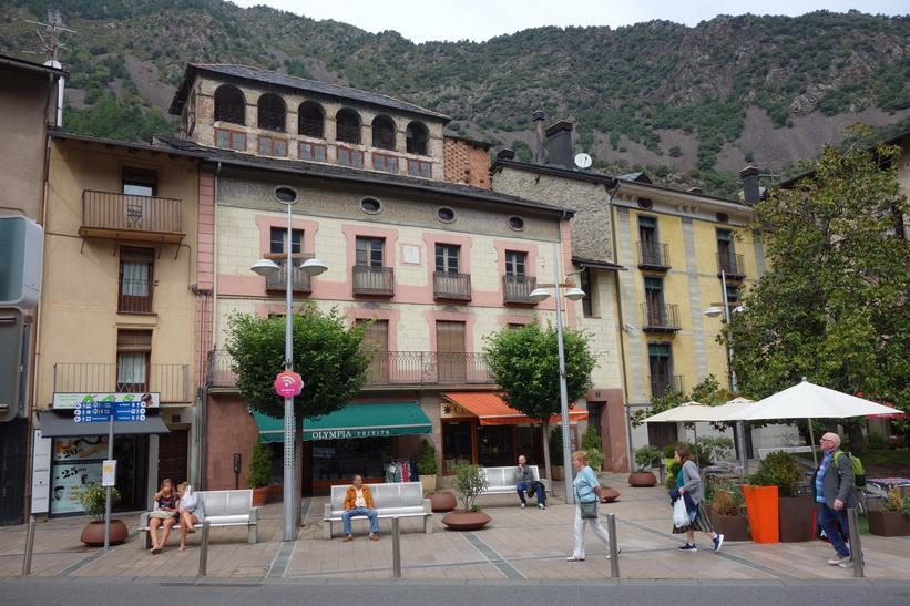 Vacker arkitektur vid torget Plaça Príncep Benlloch, Andorra la Vella.