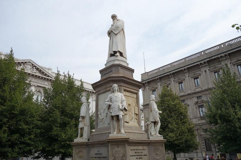 Statua di Leonardo da Vinci, Piazza della Scala, Milano.
