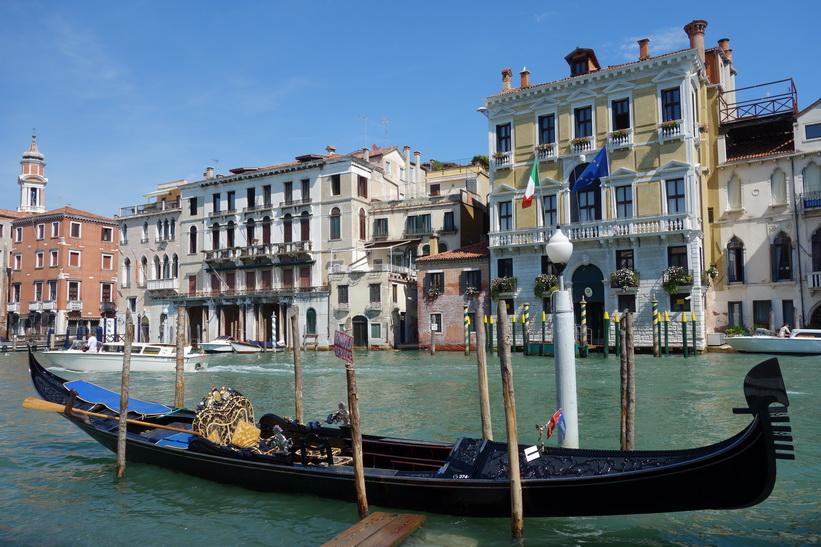 Gondol med fantastisk arkitektur i bakgrunden, Canal Grande, Venedig.